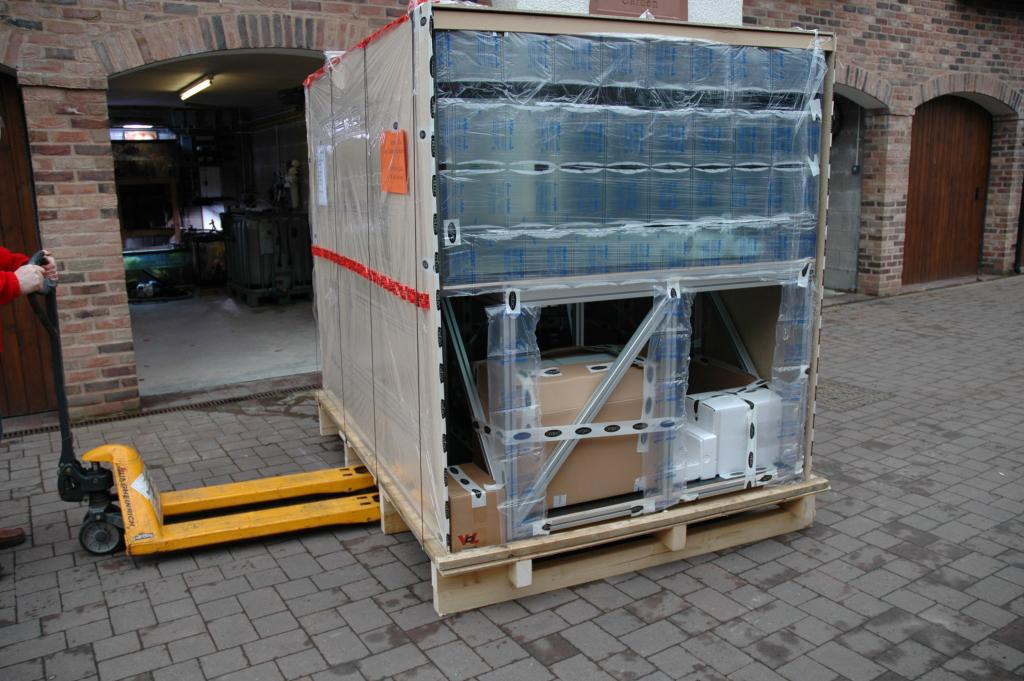 With one of the panels of the crate removed you can see the 5 ft short side of the tank which is protected by packing pillows and cling film. The Aluminium stand can be clearly seen.