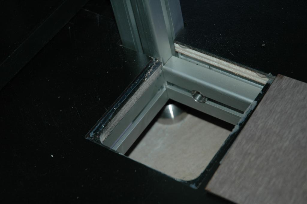 The 2 internal feet are accessible for adjustmentvia 2 hatches built into the base board.